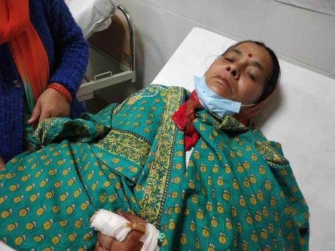 हल्द्वानी, दानीबंगर गौलापार में बाघ के हमले में घायल महिला मुन्नी देवी को सुशीला तिवारी अस्पताल ? - फोटो : HALDWANI