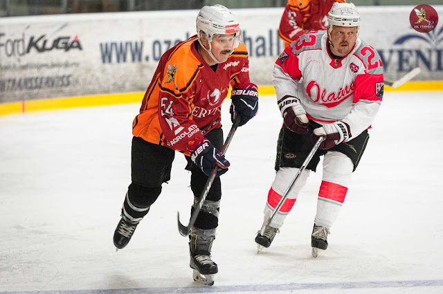 Divi hokejisti uz ledus