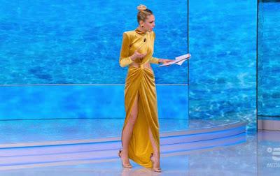Ilary Blasi vestito di velluto color oro 22 marzo
