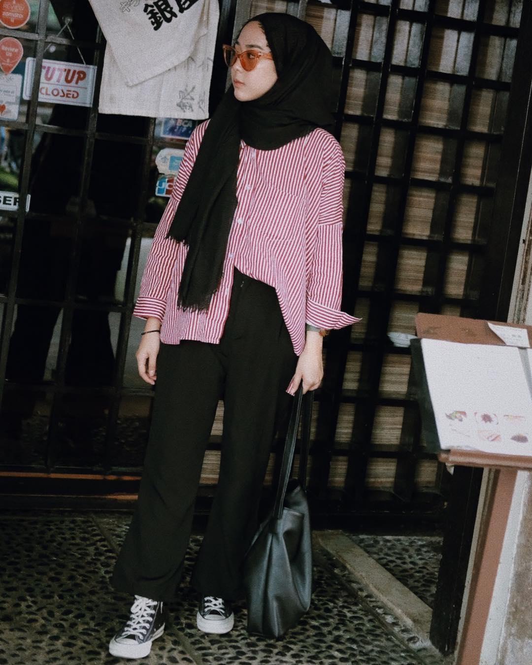 OOTD Baju Hijab Kekinian Ala Selebgram 2018 pashmina shawl square scarf longpants celana bahan cullotes tote clutch hand satchel bag sepatu kets sneakers hitam tshirt top kemeja stripe merah putih kacamata sunglasses bulat kuning gelang tangan outfit ootd selebgram 2018