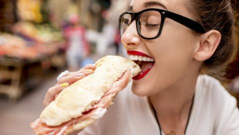 Si te molesta el sonido de las personas masticando, puede que tengas misofonía