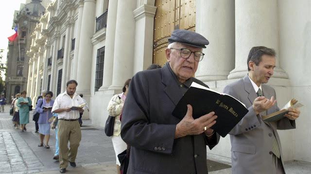 El Vaticano investiga al exarzobispo y tío del presidente Sebastián Piñera por un presunto abuso sexual infantil
