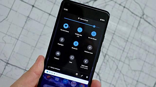 Karanlık mod özelliği son yıllarda sevilen ve giderek popüler olan bir özellik. Android 11 ile akıllı karanlık mod özelliği geliyor.
