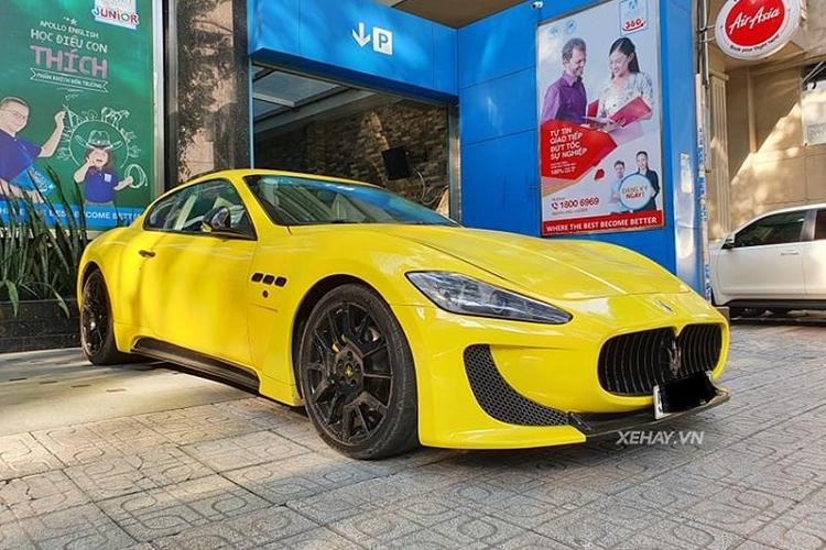 Cận cảnh xe thể thao Maserati GranTurismo vàng rực trên phố Sài Gòn