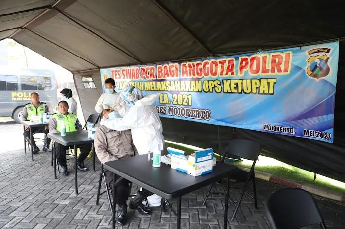 Ratusan Polisi yang Bertugas Sekat Pemudik di Mojokerto Jalani Tes Swab PCR