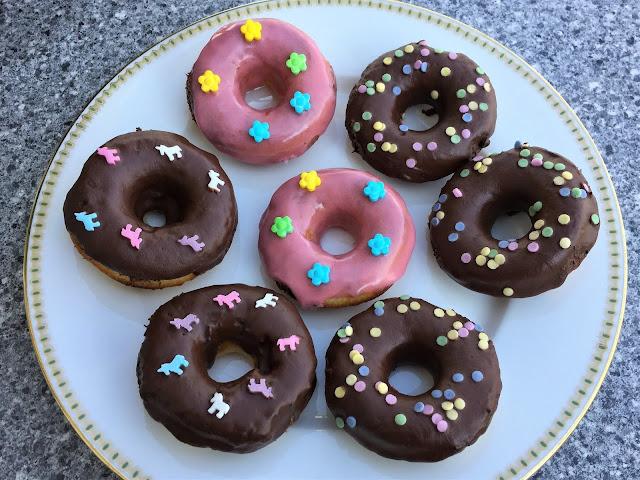 Donuts mit Verzierungen Einhorn Blume Punkte