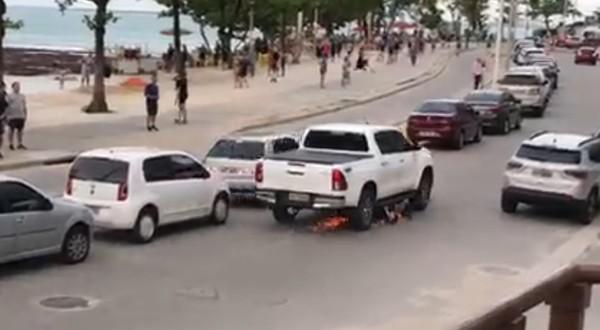 Motorista de pick-up arrasta motocicleta após colisão e confusão no trânsito em Fortaleza