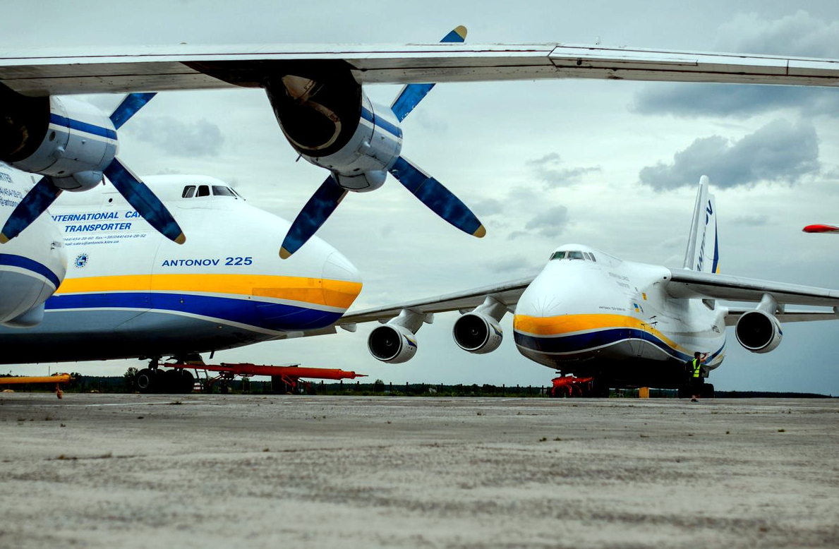 Antonov An-225 and An-124 Side-by-side Size Comparison