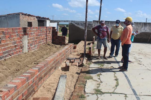 """Reforma da Quadra de Esportes """"Vicente Pinheiro"""" na Comunidade rural de Santo Antônio em Caraúbas segue a todo vapor"""