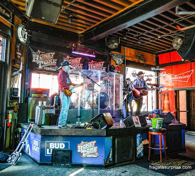Apresentação ao vivo em um honky tonk de Nashville, Estados Unidos