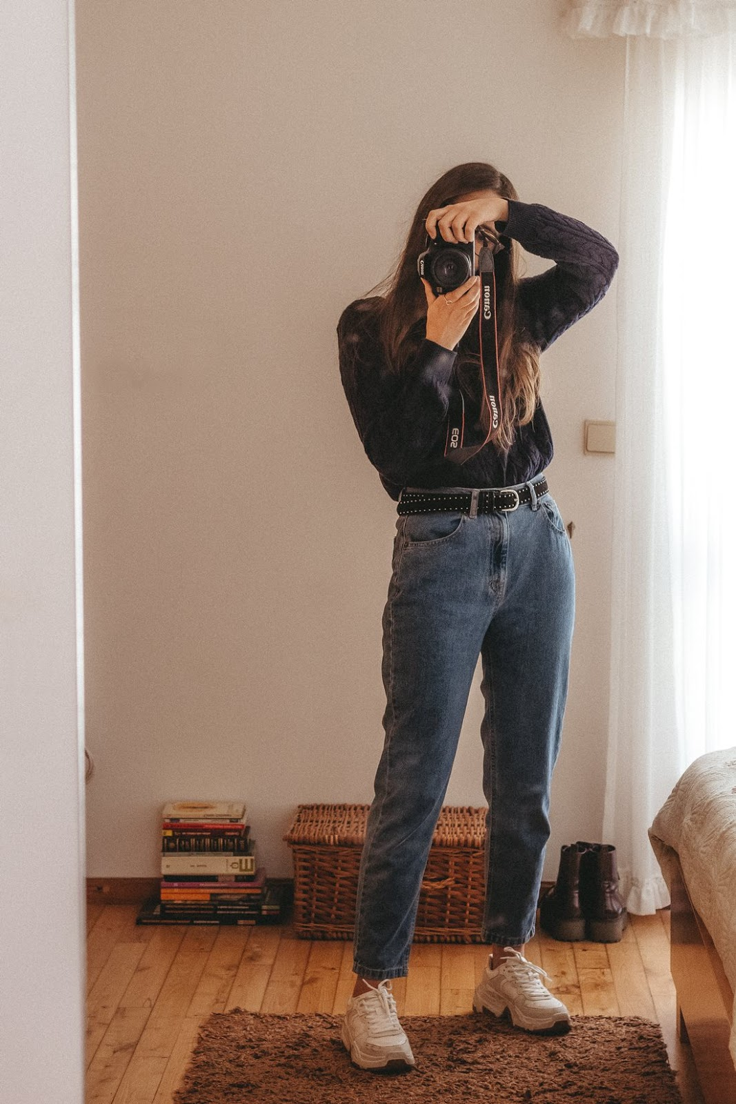 outfit mom jeans chunky sneakers