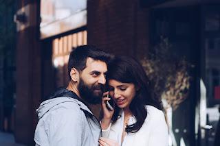Ein lachendes Paar, die Frau telefoniert