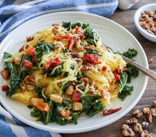 ROASTED GARLIC AND KALE SPAGHETTI SQUASH WITH SUN-DRIED TOMATOES #roasted #garlic #spaghetti #vegetarian #easy