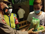 Patroli Prokes Polsek Ngasem Diwarnai Pembagian Sembako