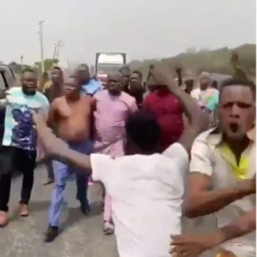 Angry Youths Resist Attempt By ''DSS, Soldiers And Policemen To Arrest'' Activist, Sunday Igboho (Video)