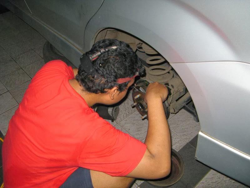 Minyak rem dalam sebuah rem cakram berfungsi sebagai penerus gaya dari tuas penekan ke kal Cara Mengganti Minyak Rem Mobil