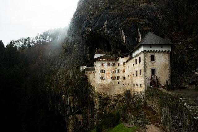 www.fertilmente.com.br - O Castelo de predjama tem vista privilegiada da cidade, vantagem estratégica importante para os castelos da antiguidade