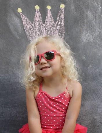 Gambar bayi perempuan memakai kacamata