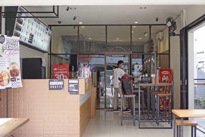 Meja barista di bagian luar