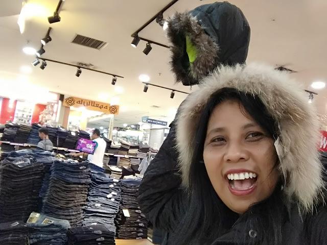 Jaket musim dingin dengan penutup kepala bulu-bulu (dokwindhu)