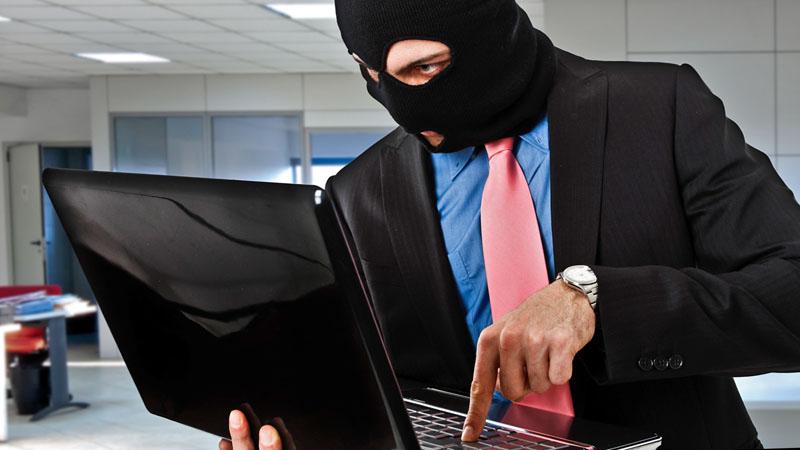 Человек в маске с ноутбуком