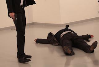Atirador mata embaixador russo em frente às câmeras na Turquia; veja vídeo
