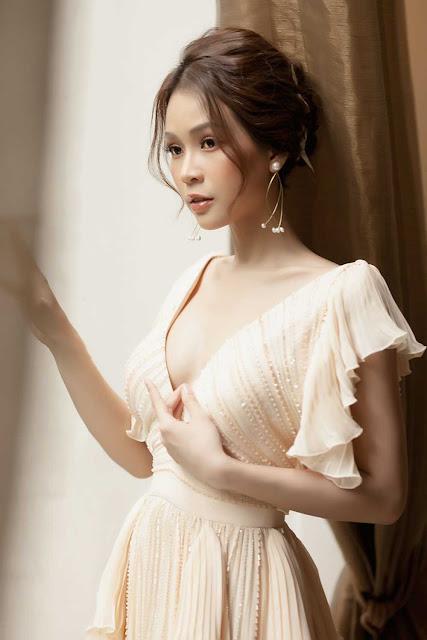 Hiếm khi diện áo xẻ ngực sâu, Sam hóa nữ thần bước ra từ thần thoại Hy Lạp với bộ váy táo bạo này