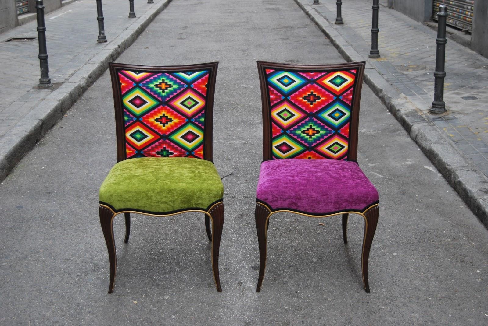 sillas tapizadas con tela de motivos mejicanos