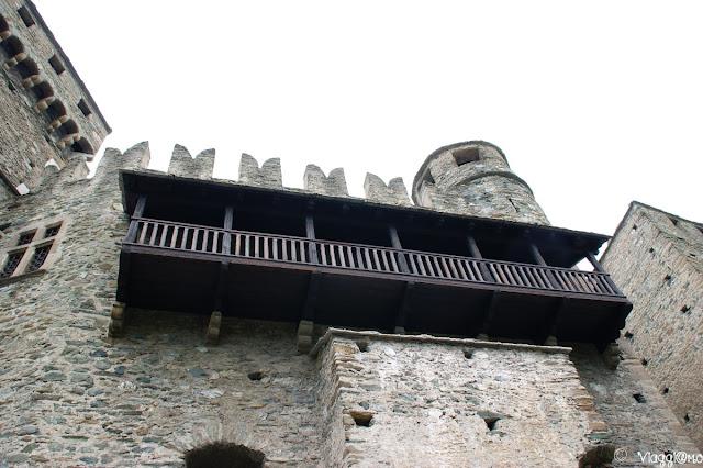 Il bel balcone in legno del Castello di Fenis