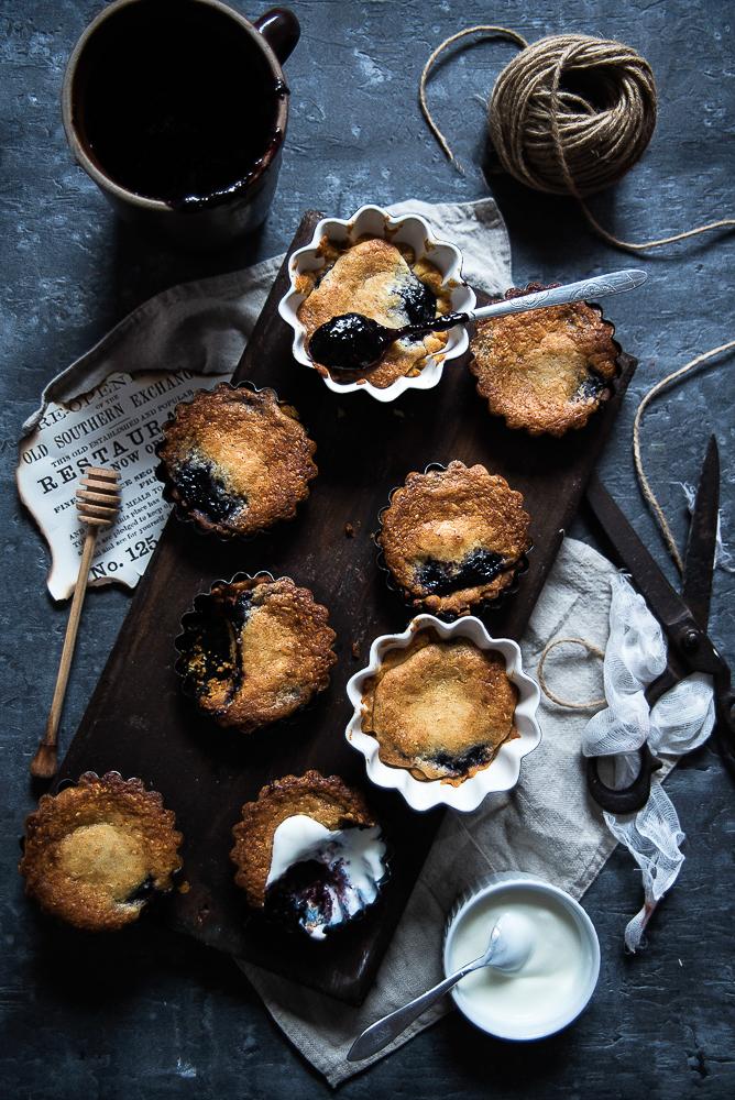 Kruche ciasteczka migdałowe z konfiturą z czarnego bzu