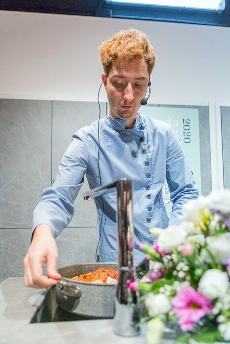 Sebastian Simon cocinando una receta de la agenda