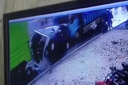 Ngeri detik- detik truk seruduk mobil pick up