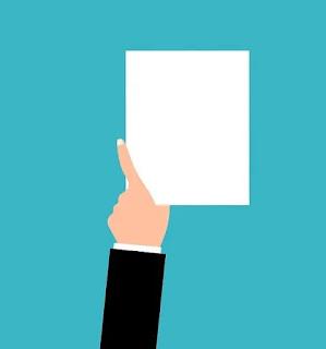 Imagem desenhada com fundo verde de uma mão segurando um documento branco, ilustrando artigo sobre documentação de despejo.