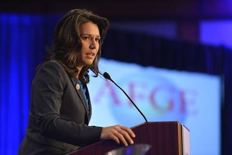 Felfüggeszti kampányát az egyik amerikai elnökjelölt-aspiráns, mert tartalékosként hadgyakorlaton vesz részt