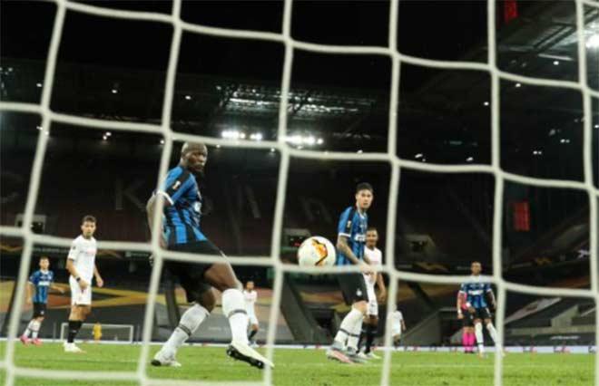 """Bi kịch Lukaku: San bằng thành tích Ronaldo """"béo"""", đá phản làm Inter mất cúp 7"""