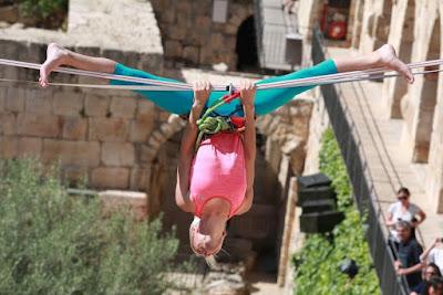 Americana faz percurso acrobático sobre monumentos antigos de Jerusalém
