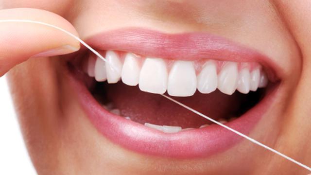 3 Langkah Bersihkan Gigi dengan Benang Sampai Sisi Tersembunyi