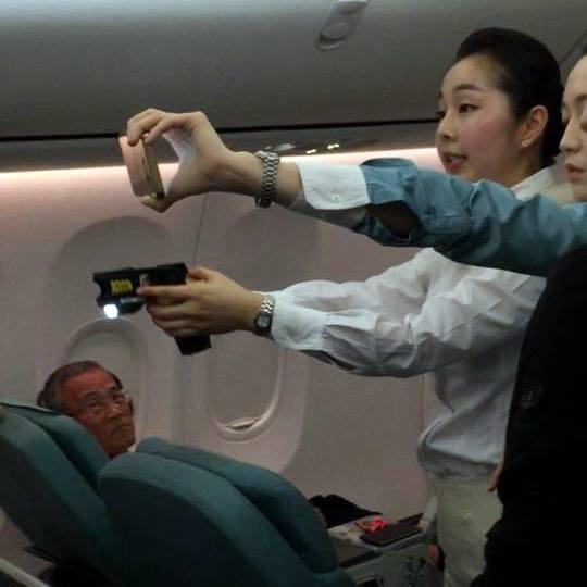 Azafata surcoreana apunta con una pistola taser en un avión de Korean Air