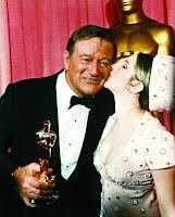 John Wayne con su Oscar por Valor de ley