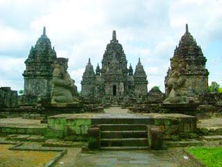 "Sejarah Kerajaan-kerajaan di Indonesia Sejarah Hindu Budha  Agama hindu : Lahir di india, tahun 1500 SM - Sinkretisme kebudayaan antara bangsa ""dravida"" dengan bangsa ""arya"" - Bangsa ""dravida"" adalah bangsa asli india, sedangkan bangsa ""arya"" adalah bangsa pendatang yang berasal dari Negara Jerman - System keagamaam : Polytheisme ( menyembah banyak dewa ) - 3 dewa utama : Brahma ( pencipta )Wisnu ( pemelihara )Syiwa ( perusak ) System kebudayaan menggunakan system ""kasta"" yang bertujuan untuk : menjaga kemurnian ras bangsa ""arya""  Kasta yang terdapat dalam agama hindu : Kasta Brahmana ( gol.pendeta)Kasta Ksatria ( gol.prajurit, bangsawan )Kasta Waisya ("
