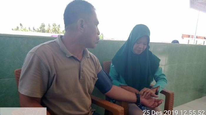 Tim PSC 119 Ikut Periksa Kesehatan Masyarakat di Posko Pengamanan Operasi Lilin dan Nataru