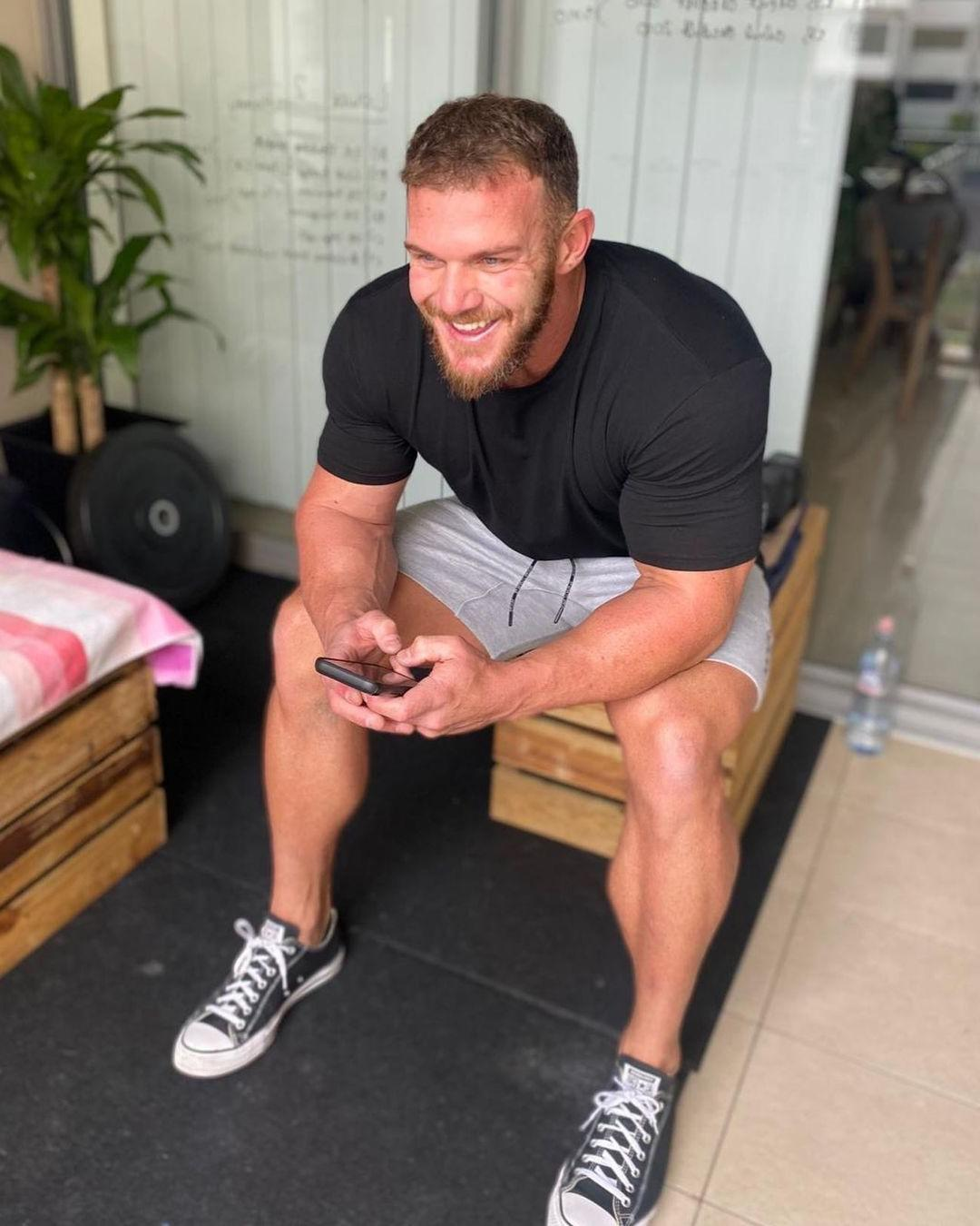 muscular-bearded-young-daddy-matt-oreilly-sexy-uk-boys-strong-thick-legs-smiling