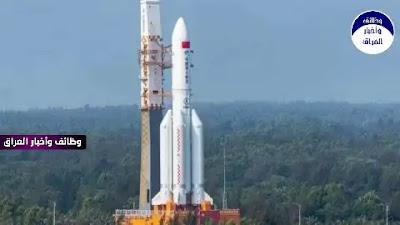 """كشفت أحدث التنبؤات بموعد وصول الصاروخ الفضائي الصيني الخارج عن السيطرة إلى الأرض، عن تحديد """"نطاق زمني ومكاني"""" سيخترق خلاله غلافها الجوي. وحسب تغريدة لمؤسسة """"أيروسبيس كوربوريشن"""" الفضائية الأميركية التي تمولها الحكومة، فإن الصاروخ سيخترق غلاف الأرض الجوي في حدود 8 ساعات قبل أو بعد الساعة الرابعة و19 دقيقة من صباح الأحد بتوقيت غرينتش. ويعني ذلك أن الصاروخ """"الشارد"""" الذي يحمل اسم """"لونغ مارش 5 بي""""، سيصل إلى الأرض مساء السبت أو صباح الأحد. وأوضحت """"أيروسبيس كوربوريشن"""" في تغريدتها: """"آخر توقعاتنا لعودة جسم الصاروخ 09 مايو 2021 04:19 بالتوقيت العالمي المنسق ± 8 ساعات على طول المسار الأرضي الموضح هنا""""، مع إدراج خريطة في التغريدة. وحسب مركز إعادة الدخول المدارية ودراسات الحطام التابع للمؤسسة، فإن الصاروخ سيدخل الغلاف الجوي على الأرجح قرب شمالي نيوزيلندا، وهو ما يتضح من الخريطة المرفقة. لكنه نبه أيضا إلى أن الدخول محتمل في أي مكان، على طول مسارات تغطي مساحات شاسعة من العالم. إلا أن موقع سقوط الصاروخ على الأرض لا تزال محل تكهنات. والجمعة قالت وزارة الخارجية الصينية إن معظم الحطام الناتج عن الصاروخ سيحترق عند اختراق الغلاف الجوي للأرض، ومن غير المرجح أن يتسبب في أي ضرر. وجاءت التصريحات ردا على تعليق من الجيش الأميركي، ذكر أن قيادة الفضاء الأميركية تتعقب ما وصفته بـ""""إعادة دخول خارج السيطرة"""". وانطلق الصاروخ """"لونغ مارش 5 بي"""" من جزيرة هاينان الصينية في 29 أبريل، حاملا على متنه مركبة """"تيانهي"""" غير المأهولة، التي كانت تحمل ما كان سيصبح أماكن للمعيشة في محطة فضائية صينية دائمة. وكان عالم الفيزياء الفلكية جوناثان ماكدويل قد أبلغ """"رويترز"""" في وقت سابق، أن هناك احتمالا بسقوط أجزاء من الصاروخ على الأرض، وربما في منطقة سكنية مثلما حدث في مايو 2020 عندما سقطت أجزاء من الصاروخ """"لونغ مارش 5 بي"""" الأول على كوت ديفوار، مما ألحق أضرارا ببعض المباني وإن لم ترد أنباء عن إصابات بشرية. ويتقلص ارتفاع جسم الصاروخ منذ الأسبوع الماضي، لكن سرعة الانخفاض لا يمكن تحديدها بسبب متغيرات في الغلاف الجوي يستحيل التنبؤ بها. وهذا الجزء من أكبر قطع الحطام الفضائي التي تعود عبر الغلاف الجوي إلى الأرض، حيث يزن 18 طنا."""