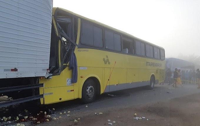 Motorista morre e 15 passageiros ficam feridos após ônibus bater em caminhão na Bahia
