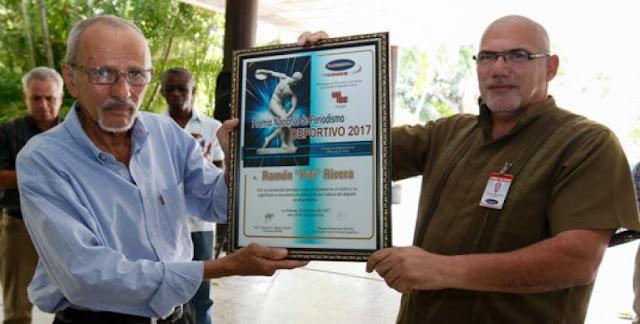 Rivera García ganó  el Premio Nacional de Periodismo Deportivo a la Obra de la Vida en el 2017. Antonio  Becali, presidente del INDER le entregó el reconocimiento