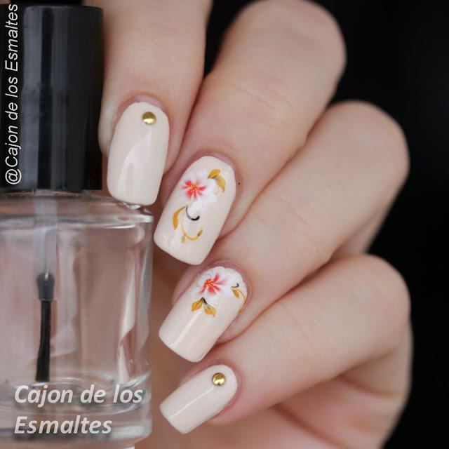 Uñas nude con flores
