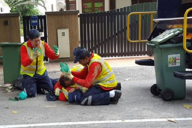 KJ Sedih Rakan Terbaring Di Atas Jalan Di Belakang Lori Sampah...