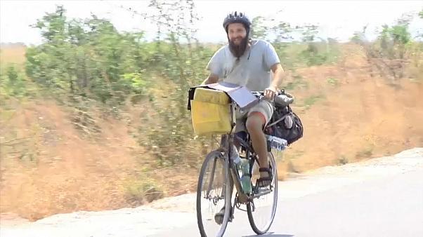 Έλληνας ταξιδεύει στα πέρατα του κόσμου με το ποδήλατό του (βίντεο)