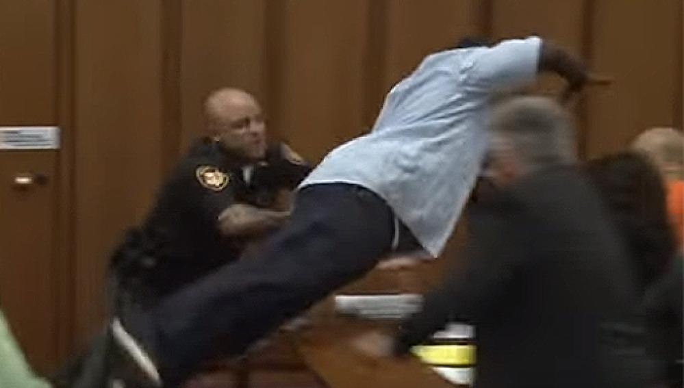 Se lanza sobre el asesino de su hija al verle sonreir en el juicio