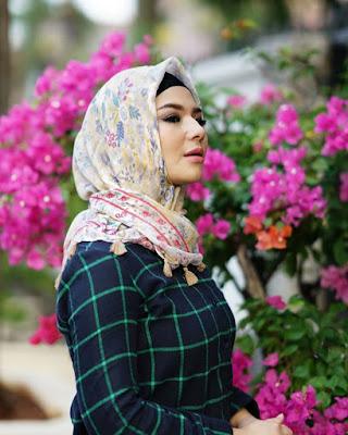 cewek manis pakai JIlbab Pink moti bunga dan biru navy